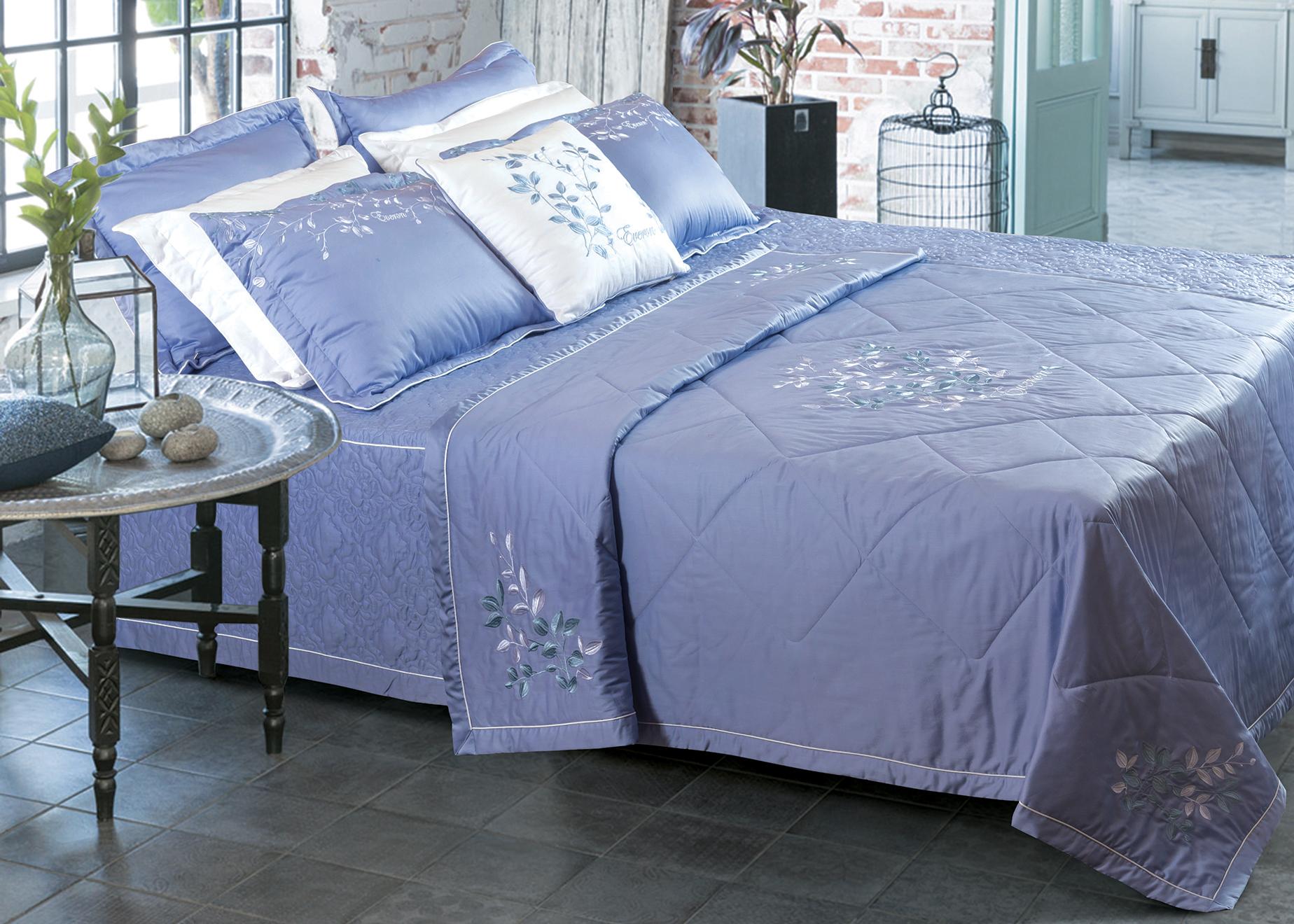 ESC19001 thuộc bộ sưu tập 2019:Lấy ý tưởng từ cành lá trong mùa đông thêu trên nền vải xanh tím sẽ giúp cho phòng ngủ của bạn cảm giác trong lành và bình yên.